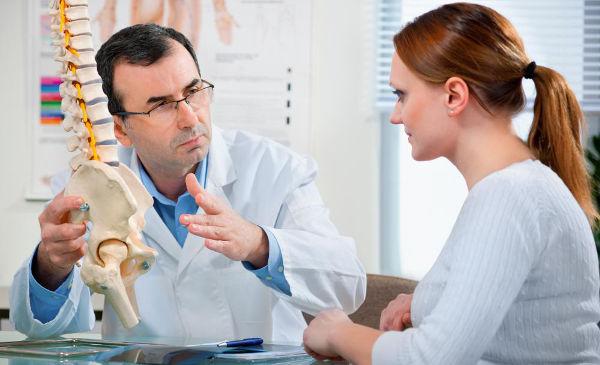 девушка на приеме у доктора позвоночник