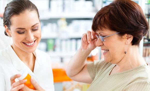 бабушка выбирает таблетки