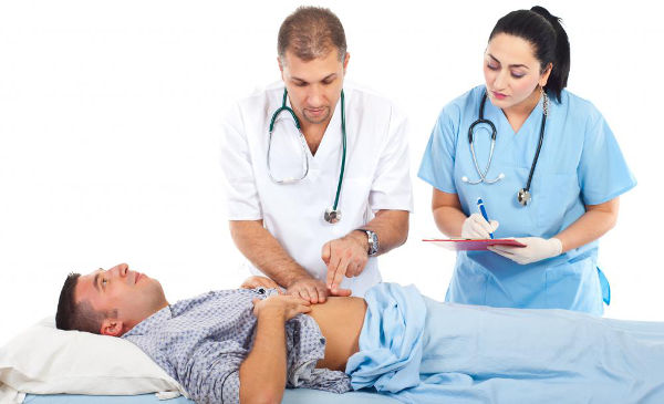 болит живот доктор осматривает больного