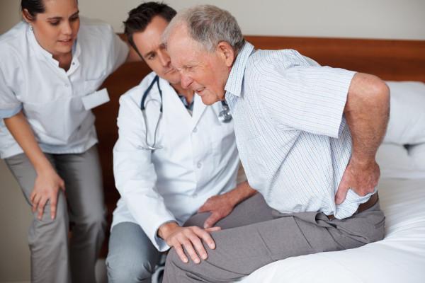 у дедушки болит спина
