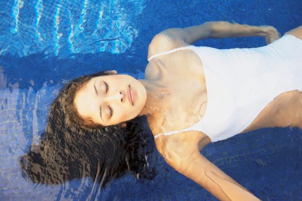 девушка плывет в басейне