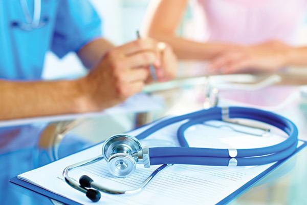 врачи за столом