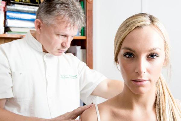 остеопат осматривает пациентку