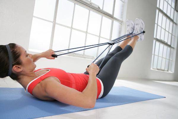 девушка выполняет упражнения пилатес