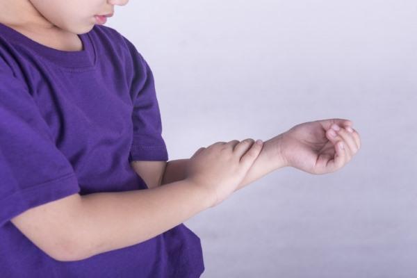Артрит у детей, у мальчика болит рука