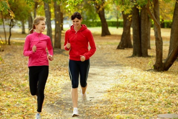 Две девушки бегают в парке