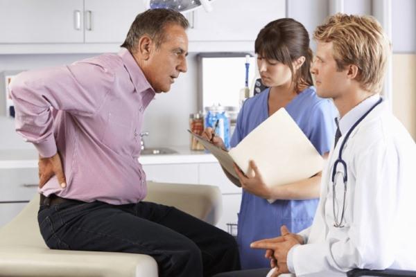 Мужчина на приеме у ревматолога