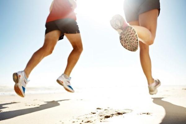 Профилактика артрита, люди бегут по песку