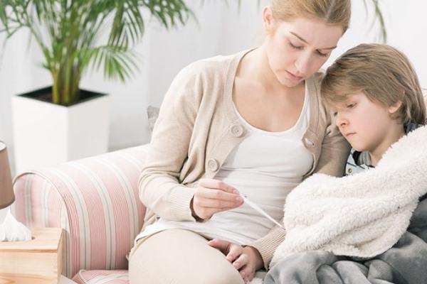 У ребенка температура, заболевший мальчик с мамой
