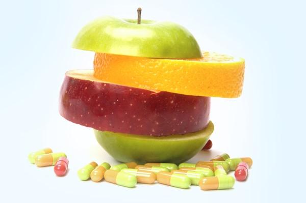 Витамины, кусочки фруктов