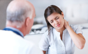 у девушки болит шея у доктора на приеме