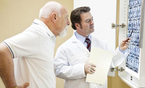 у пациента болит спина доктор