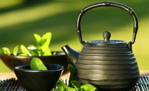 травяной чай в чайнике