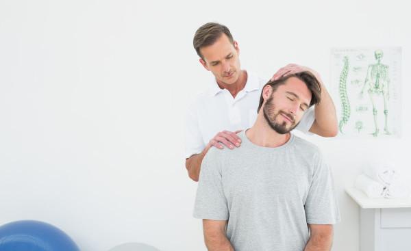 доктор осматривает шею пациента