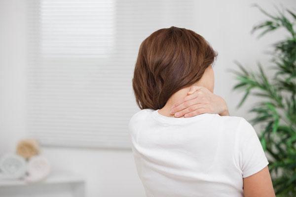 у девушки болит шея доктор делает осмотр