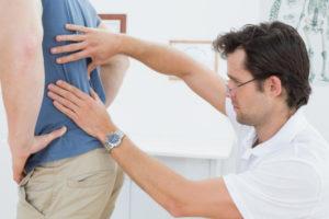 на осмотре у доктора болит спина
