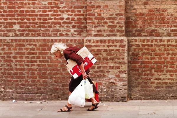 бабушка несет сумки