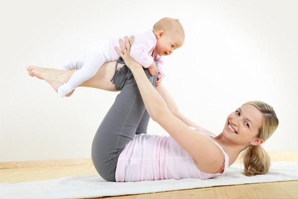 мама делает гимнастику для спины