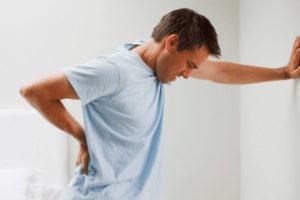 болит спина у мужчины