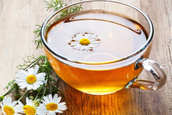чай с ромашкой в чашке