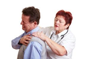 у пациента болит шея доктор делает осмотр