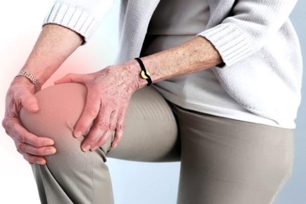 Женщина схватилась за больное колено