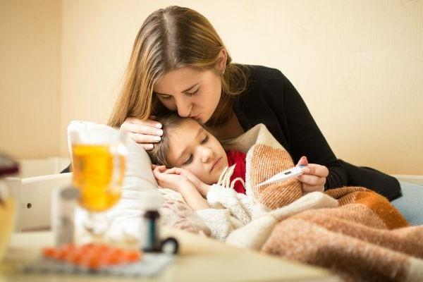 Заболевшая девочка с мамой