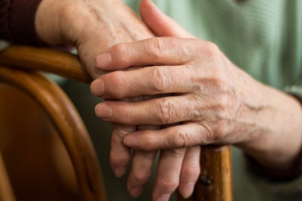 Руки пожилого человека с артритом