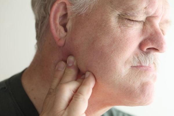 Симптомы челюстного артрита, у мужчины болит челюсть