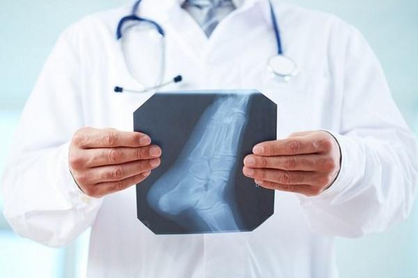 Врач и рентгеновский снимок