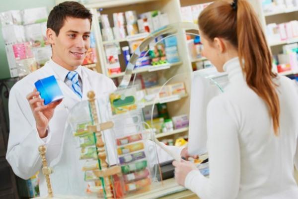 Девушка и фармацевт в аптеке