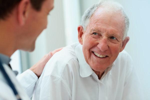 Пожилой пациент и доктор