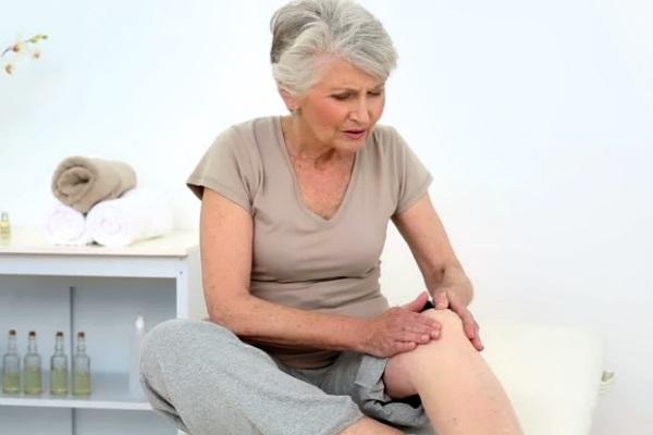 У женщины болит нога